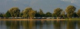 Campingplatz mit Hintergrund Berge, © Chiemsee Camping