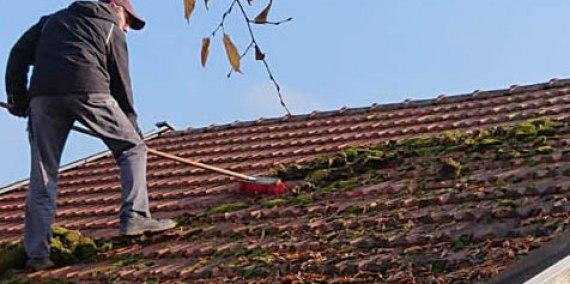 Moos vom Dach kehren, © Chiemsee Camping Rödlgries