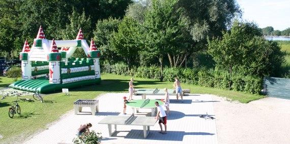Tischtennisplatten und Hüpfburg, © Chiemsee Camping